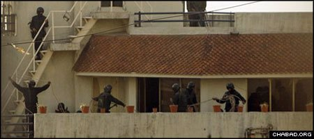Indian commandos fortify their positions on the top two floors of the Chabad House in Mumbai. (Photo: IBNlive.com)