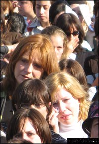 Thousands of people attended the tearful service. (Photo: Tamar Runyan)