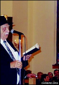 Rabbi David B. Hollander speaks at an event for Russian immigrants at the Hebrew Alliance – F.R.E.E. synagogue in Brighton Beach, N.Y.