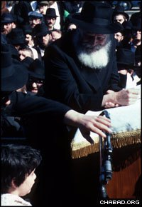 Standing near the Rebbe, a small child says a Torah verse during the 1981 blessing of the sun. (Photo: Chaim Baruch Halberstam/JEM)