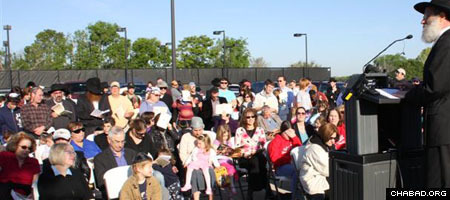 Around 500 people gathered outside Houston, Texas' central Jewish Community Center for a historic Blessing of the Sun ceremony presided over by Chabad-Lubavitch Rabbi Shimon Lazaroff.