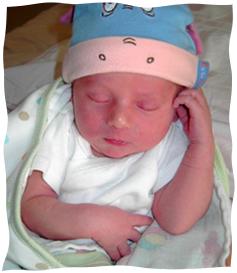 Mały Menachem Mendel kilka godzin po urodzeniu
