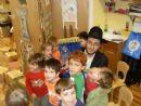 Rabbi Hecht teaches children about the Torah!