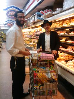 """שני """"רבנים על גלגלים"""" מצטיידים במזון כשר לקראת היציאה ליוון."""