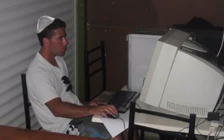 """""""אמא מה קורה?"""" מטייל משתמש בעמדת המחשב של בית חב""""ד באיה נאפה"""