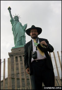 Mendel Aisenbach took a pair of tefillin, a charity box and Shabbat candles to Liberty Island each day.