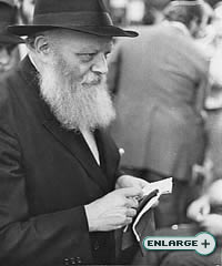 The Rebbe talks and distributes dollars for charity to the wounded servicemen of the Israeli Defense Force