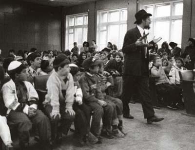 Después de la caída del comunismo, el Rabino Berel Lazar discute judaísmo con la juventud local de Moscú.