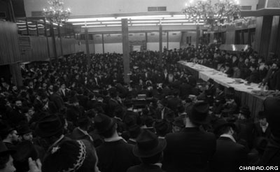 Thousands gather to hear the Rebbe speak only two days after he had a heart attack. The Rebbe addressed the gathering via microphone hook-up.