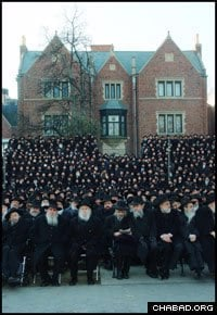 Thousands of Chabad-Lubavitch emissaries pose for their traditional picture in front of Lubavitch World Headquarters in Brooklyn, N.Y. (Photo: I. Bardugo)