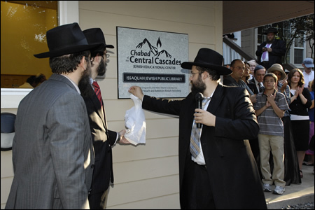 Unveiling the sign for the new Chabad House in Issaquah.