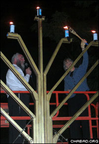 Gov. Linda Lingle lights the Chanukah menorah erected by Chabad-Lubavitch of Hawaii.