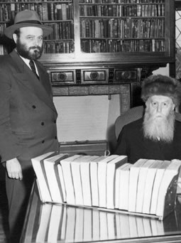 Le Rabbi, Rabbi Mena'hem Mendel Schneerson, debout auprès de son prédécesseur, Rabbi Yossef Its'hak Schneersohn, en 1949.