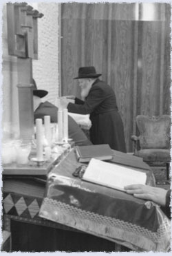 The Rebbe reciting Psalms on the night before his heart attack (Photos: Levi Freidin/JEM)