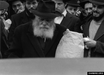 The Rebbe about to enter the old car.