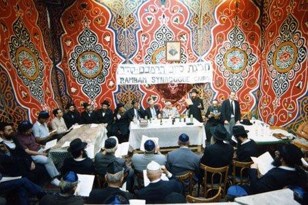 """אירוע חגיגי לציון סיום מחזור לימוד בספריו של הרמב""""ם בבית הכנסת העתיק בקהיר. לאירוע הצטרפו יהודים מקומיים לצד אנשי הקונסוליה הישראלית."""