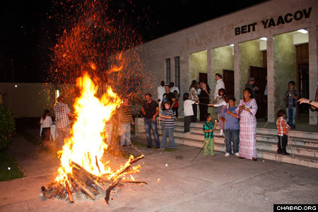 Chabad-Lubavitch of Central Africa, directed by Rabbi Shlomo Bentolila, hosted nighttime celebrations in honor of Lag B'Omer, including a bonfire at the Beit Ya'cov synagogue in Kinshasha, Congo.