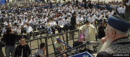 Former Israeli Chief Rabbi Mordechai Eliyahu addresses a 2007 mass Bar and Bat Mitzvah celebration for Israeli orphans sponsored by Colel Chabad.