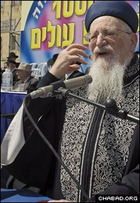 Eliyahu speaks at an event commemorating the anniversary of the Rebbe's birth.