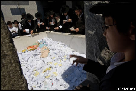 Among the tens of thousands who prayed beside the resting place of the Rebbe, Rabbi Menachem M. Schneerson, of righteous memory, on the 16th anniversary of his passing were Chabad-Lubavitch emissaries, rabbinical and seminary students, business professionals, international travelers, and children of all ages.