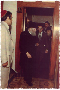Prime Minister Begin follows the Rebbe, after refusing the Rebbe's offer to enter first. (Photo: Velvel Schildkraut (Michele) Studios/Kahn family)