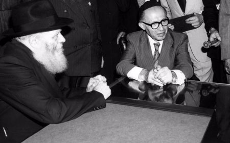 The Rebbe and the Prime Minister listen to the reporters' questions. (Photo: Velvel Schildkraut (Michele) Studios/Kahn family)