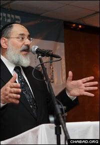 Rabbi Nochem Kaplan addresses an educators' conference.
