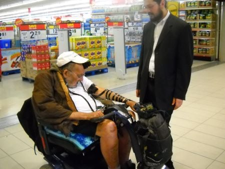 Yankel saying the Shema right in front of Zellers.