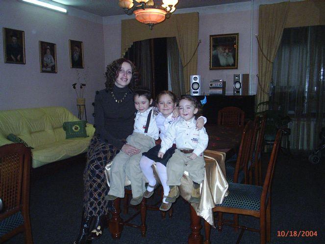 Ребецин Хана Гопин с детьми.