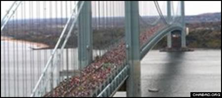 Thousands of runners in the NYC Marathon cross the Verrazano-Narrows Bridge into Brooklyn. (File photo)