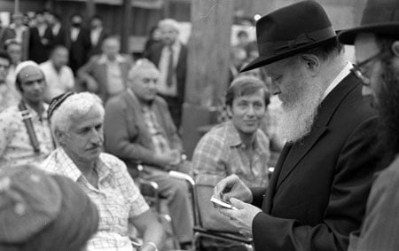 The Rebbe meets wounded soldiers (Photo: Yossi Melamed/Lubavitch Archives)