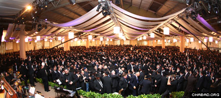 Approximately 4,500 rabbis and their supporters from 76 countries filled Brooklyn, N.Y.'s Pier 12 complex Sunday night for the gala banquet of the 27th annual International Conference of Chabad-Lubavitch Emissaries. (Photos: Meir Alfasi)
