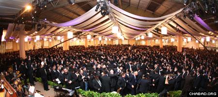 """קרוב ל-4500 שלוחי חב""""ד ותומכיהם מ-76 מדינות ברחבי העולם התקבצו בברוקלין שבניו יורק לכינוס השלוחים העולמי. בתמונה: השלוחים רוקדים בערב החגיגי, ה'בנקט'. (צילום מאיר אלפסי)"""