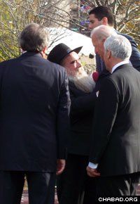 After his remarks at festivities celebrating the grand opening of the National Museum of American Jewish History in Philadelphia's Old City, U.S. Vice President Joseph Biden invited Rabbi Abraham Shemtov, director of the city's Lubavitcher Center and chairman of the umbrella organization Agudas Chasidei Chabad, to join him at the stage.