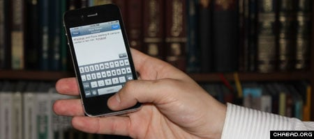 A Chabad-Lubavitch rabbi tweets about a Torah class starting in 10 minutes. (Photo: Levi Stein)