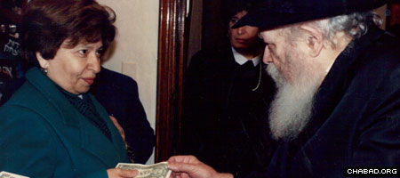 Chana Sharfstein exchanges a word with the Rebbe, Rabbi Menachem M. Schneerson, of righteous memory, during the weekly Sunday-morning audiences that collectively saw hundreds of thousands of people line up for the chance to speak with him.
