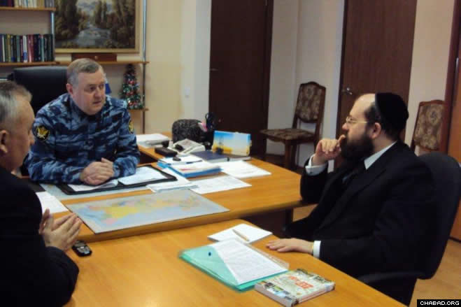 Chabad-Lubavitch Rabbi Aaron Gurevich, a Russian Army chaplain who directs the Federation of Jewish Communities of Russia's Department for Military and Law Enforcement Cooperation, discusses Jewish prisoner services with Col. A. Koshkin, director of the Nizhny Novgorod regional office of the Federal Penitentiary Service.