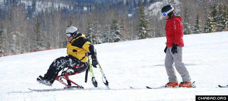An injured Israeli soldier hits the slopes with a guide as part of a program between the local Chabad-Lubavitch Jewish Community Center, UJA Aspen Valley and Challenge Aspen. (Photo: Nina Zale)