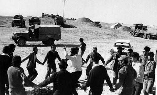 Solados israelíes bailan en el desierto con los Jabadnikim (Foto: La colección de Menajem Wolff/ Archivos de Lubavitch)