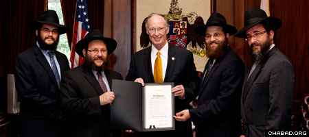 Gov. Robert Bentley hosts Chabad-Lubavitch emissaries in the Alabama state capitol.