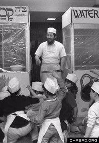 Rabbi Gershon Grossbaum acquaints Minneapolis children with handmade matzah in 1977. (Photo: Minneapolis Star/Steve Schluter)