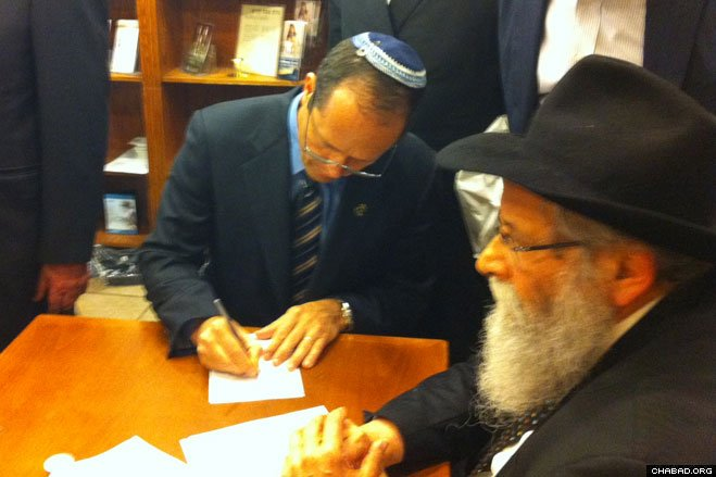 Jerusalem Mayor Nir Barkat pens a personal note that he'll read at the resting place of the Rebbe, Rabbi Menachem M. Schneerson, of righteous memory. The politician visited the site at the Old Montefiore Cemetery in Cambria Heights after a tour of New York.