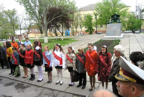Ученики чествуют ветеранов.JPG