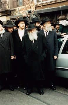 La Rabbi assiste au départ du cortège funèbre de Mme Lapaïn