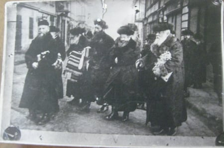 The Rebbe of Rimanov walking with chassidim.