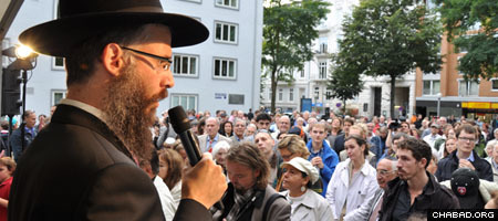Rabbi Shlomo Bistritzky, who will officially become the chief rabbi of Hamburg next month, talks to members of the local Jewish community.