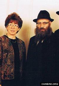 """Le Rav Shmouel et Mme Bassy Azimov ont fondé le premier """"Beth 'Habad"""" de Paris en 1968. (Photo prise vers 1991)"""