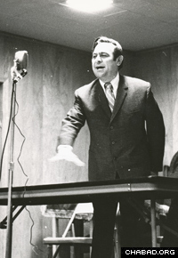Professor Velvl Greene delivers a lecture at Chabad of Michigan in 1968. (Photo: Lubavitch Archives)