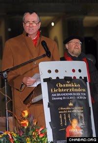U.S. Ambassador Philip D. Murphy addresses the annual Chanukah menorah lighting ceremony at the Brandenburg Gate in Berlin. (Photo: Avraham Golovacheov)