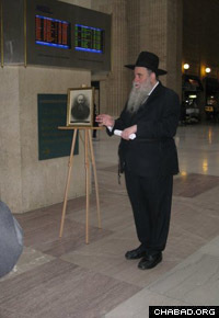 Rabbi Moshe Kotlarsky, vice chairman of Merkos L'Inyonei Chinuch, the educational arm of Chabad-Lubavitch, addresses the gathering at Chicago's Union Station.